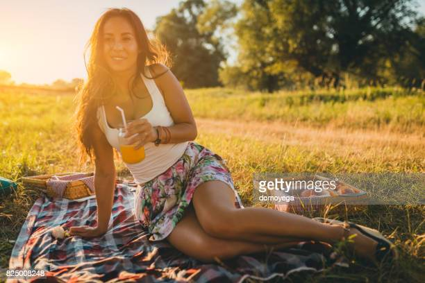 Schöne junge Frau Picknick an einem schönen Sommertag