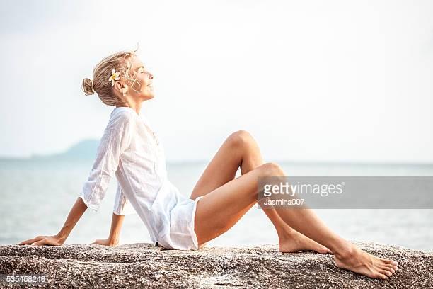 美しい若い女性はビーチをお楽しみいただけます。