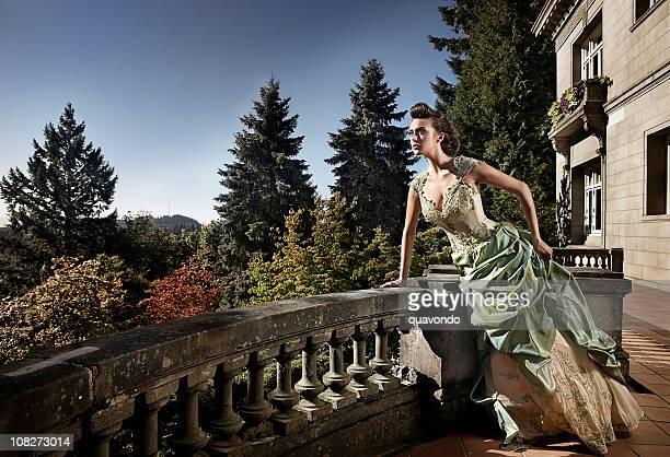 Schöne Junge Frau im Abendkleid auf Mansion Balkon, Copyspace
