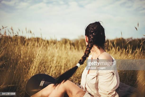 Schöne junge Frau im das Feld