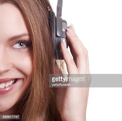 Bela jovem mulher ouvir música com auscultadores : Foto de stock