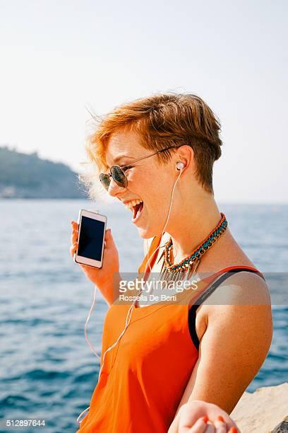 Belle jeune femme écoutant de la musique