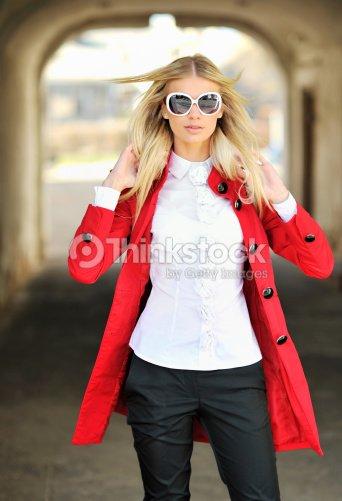 Belle jeune femme Mannequin de mode lunettes de soleil de big white   Photo ca5e2e3b58ab