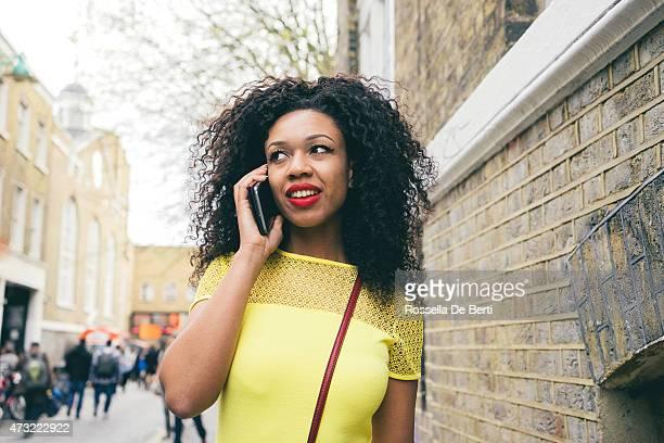 Belle jeune femme sur le téléphone dans Paysage urbain