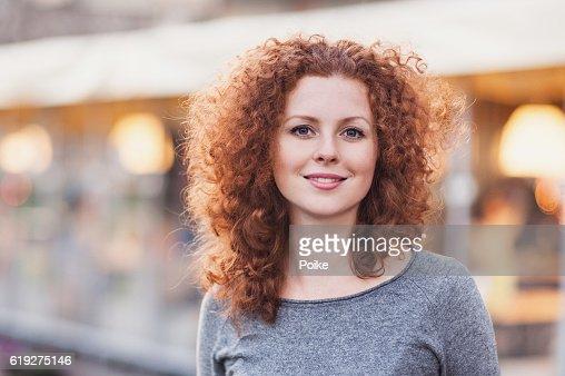 Schöne Junge Frau im Freien  : Stock-Foto