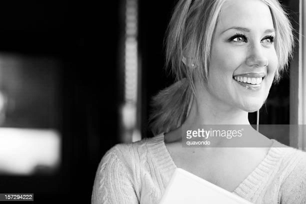 Schöne Junge Frau Porträt, Platz für Text, schwarz und weiß