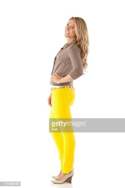 Belle jeune femme posant