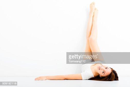 Belle jeune femme montrant long des jambes : Photo