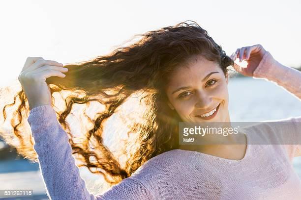 Schöne Junge Frau im Freien am Wasser