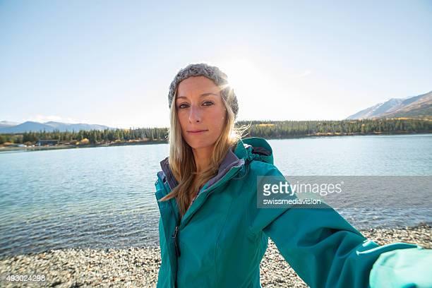 Schöne junge Frau nehmen selfie-Porträt in der Nähe von See in Kanada
