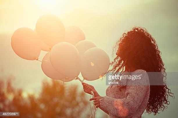 Bellissima giovane donna con palloncini