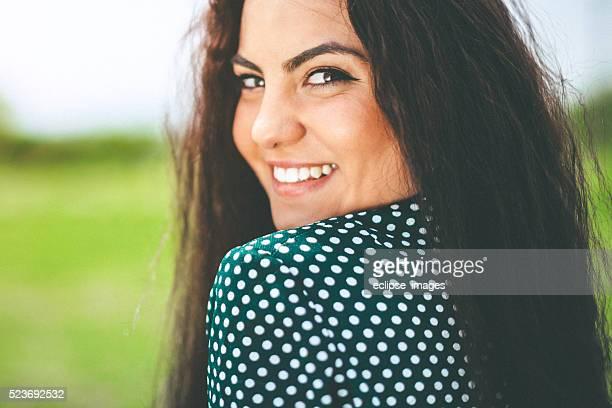 Schöne Junge Frau mit schwarzem Haar