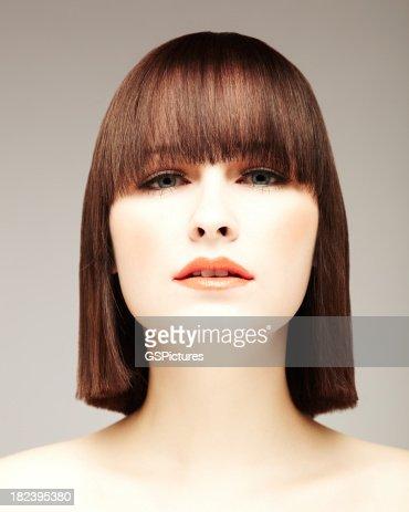 Bellissima giovane donna con Bob taglio di capelli