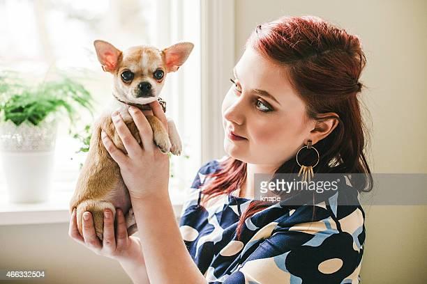 Schöne Junge Frau mit chihuahua Welpe Hund Haustier