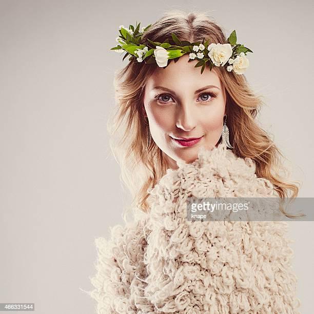 Hermosa mujer joven con flores en el pelo corona