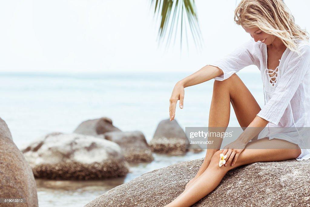 美しい若い女性にフランジパニの花 : ストックフォト