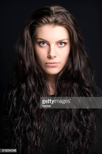 Bellissima giovane donna con lunghi Capelli castani Ritratto
