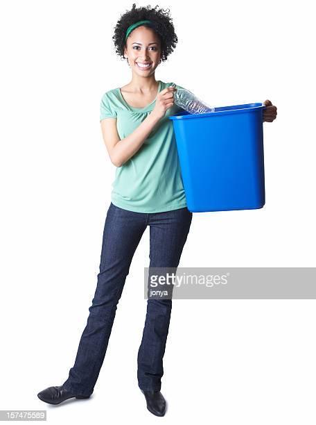 Belle jeune femme avec une poubelle de recyclage