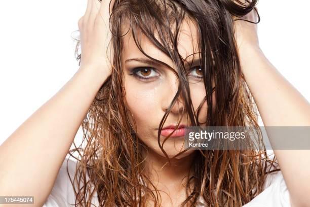 Belle jeune femme avec les cheveux mouillés