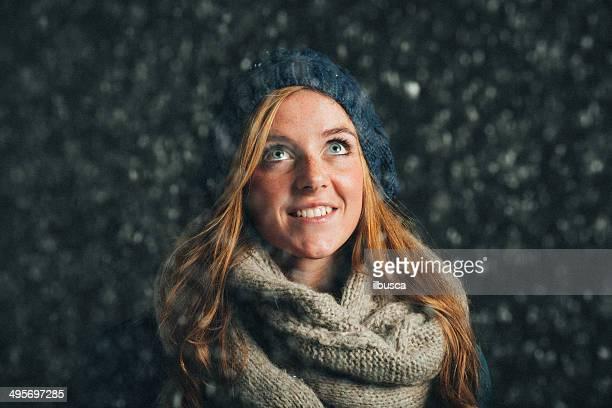 Schöne Junge Frau winter Mütze und Schal unter Schnee