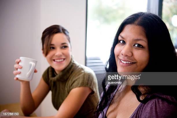 Schöne Junge Frauen mit Freunden im Coffee Shop, Textfreiraum