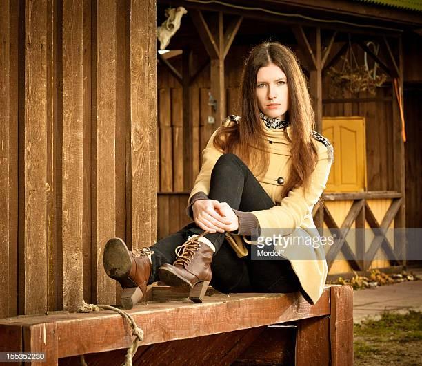 美しい若い女性の農家