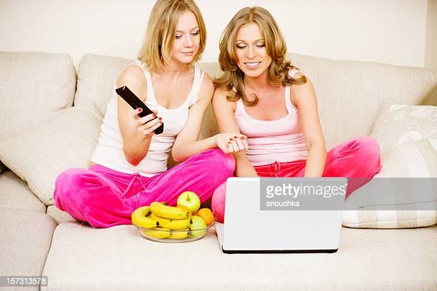 Schöne junge Frauen zu Hause fühlen