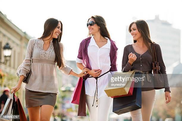 Schöne junge Frauen einkaufen.