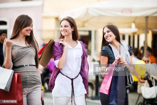 Belle jeune femme shopping.