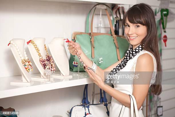 美しい若い女性のショッピング