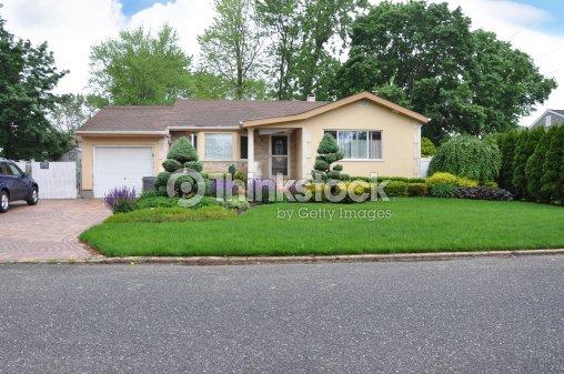 magnifiquement am nag de style maison de banlieue ranch photo thinkstock. Black Bedroom Furniture Sets. Home Design Ideas