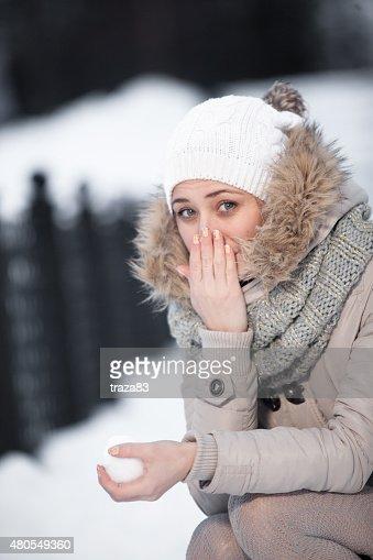 Menina de beleza sobre o fundo de Inverno : Foto de stock
