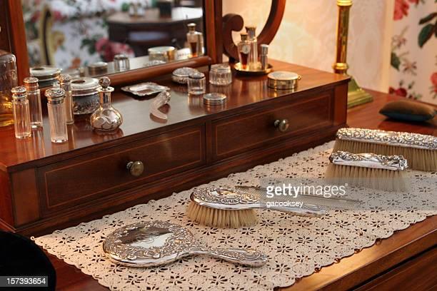 ビューティ製品にアンティークのドレッシングテーブル