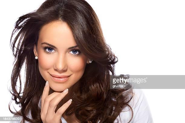 Un coup d'un souriant à poils longs, magnifique brunette femme