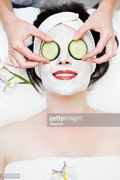 Kosmetikerin Orte Gurkenscheiben auf Augen