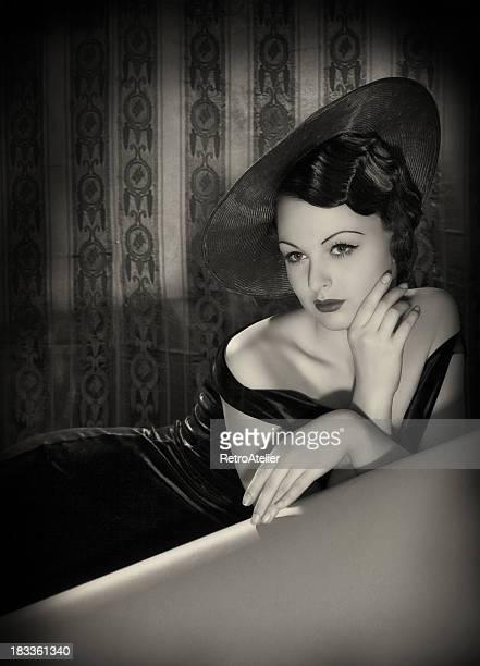 Schönheit mit Hut in film-noir-Stil.