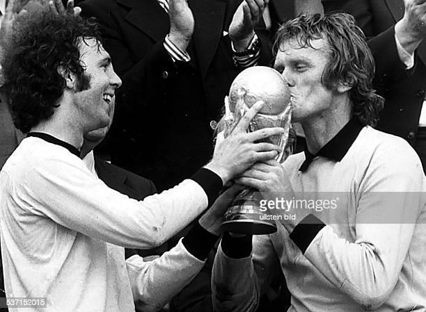 Beckenbauer Franz Fussballspieler Trainer D Mitglied der Nationalmannschaft 19651977 Weltmeister 1974/ Europameister 1972 Sepp Maier uebernimmt von...