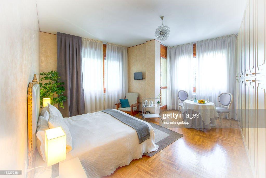 Tavoli Per Camere Da Letto : Bed and breakfast camera da letto con tavolo per foto stock