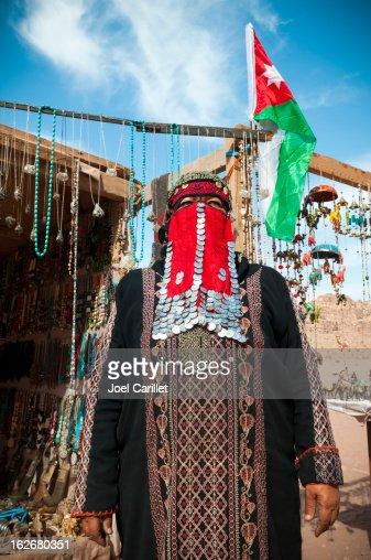 Bedouin woman and her souvenir shop in Petra, Jordan : Bildbanksbilder
