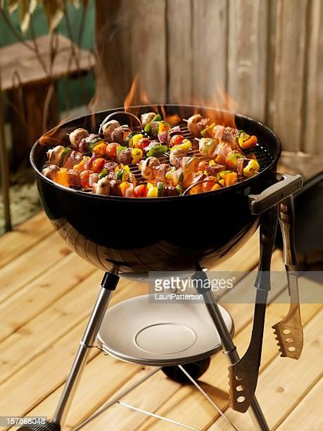 牛肉や野菜のカバブ、チャコールのバーベキュー