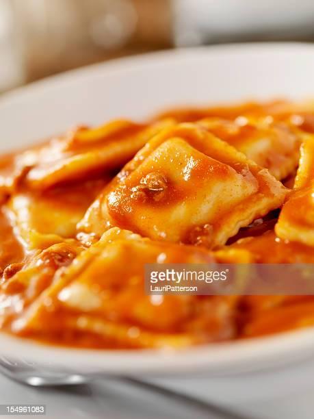 Ravioli de carne em um tomate Molho de Carne