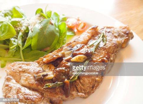 Bistecca di manzo su un tavolo di legno : Foto stock