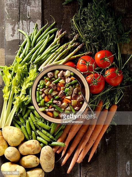 Produits de la viande de bœuf accompagné d'une soupe de légumes