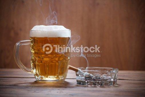 Cerveza y un cigarrillo : Foto de stock