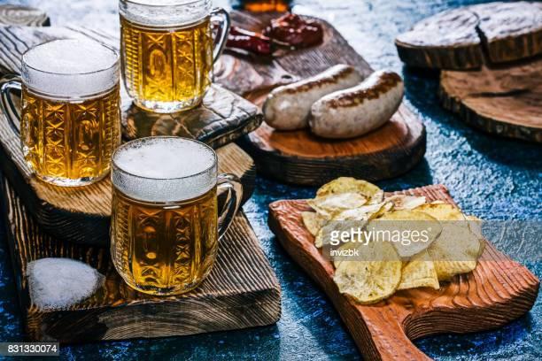 Bier und Brotzeit auf fleckig blau