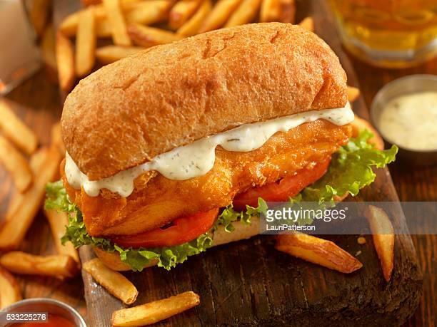 In Bierteig gebackenen Fisch-Sandwich auf einem Ciabatta-Brötchen