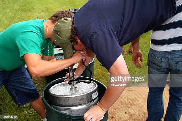 Bier Handstand auf Bierfass