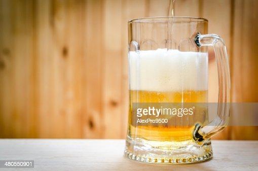 Verter na Caneca de Cerveja : Foto de stock