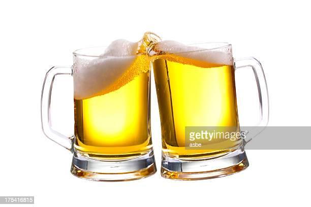 Bier beim Anstoßen