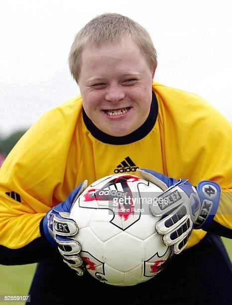 Behinderten Sport Special Olympics 2004 Hamburg Fussball Torwart Florian HAAK sein grosses Vorbild ist Oliver KAHN 150604